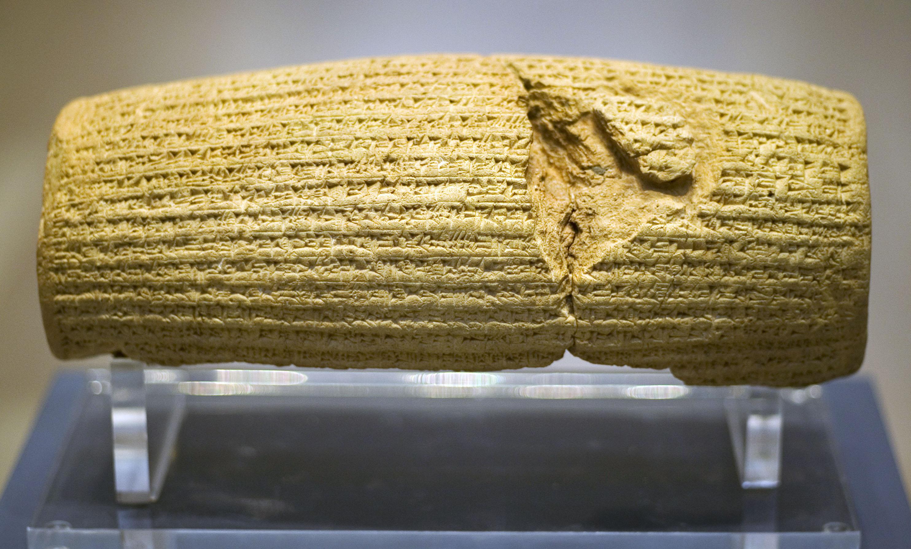 上图:巴比伦遗址出土的居鲁士圆柱(Cyrus Cylinder)是一个主前6世纪的泥制圆筒,以居鲁士大帝(Cyrus the Great,主前539-530年在位)的名义用古代阿卡德语楔形文字写成,现存于大英博物馆。居鲁士圆柱上的铭文记载,波斯攻陷巴比伦以后,居鲁士大帝宣布释放所有的奴隶回乡,这是居鲁士大帝允许被掳巴比伦的犹太人重返耶路撒冷的证据。