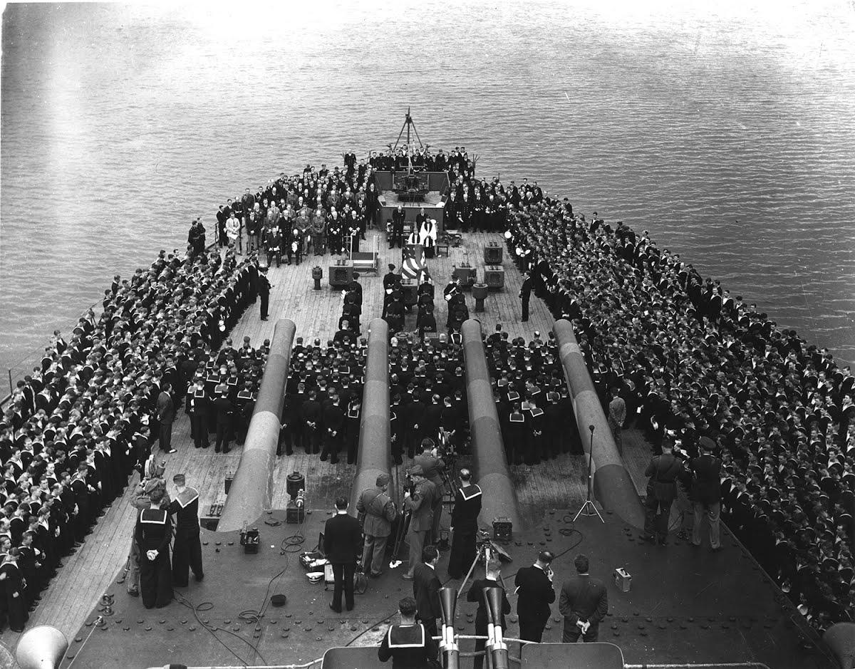 上图:1941年8月14日,当轴心国称霸欧亚的时候,美国总统罗斯福和英国首相丘吉尔在皇家海军威尔士亲王号(HMS Prince of Wales)上发表大西洋宪章(Atlantic Charter),给被纳粹占领的国家带来了盼望。他们在舰上参加主日崇拜时,颂唱由诗篇90篇改编的圣诗《神是我们千古保障》(Our God, Our Help in Ages Past)。同年12月,珍珠港事件爆发,美国正式参加第二次世界大战。《神是我们千古保障》也是丘吉尔葬礼上的圣诗。