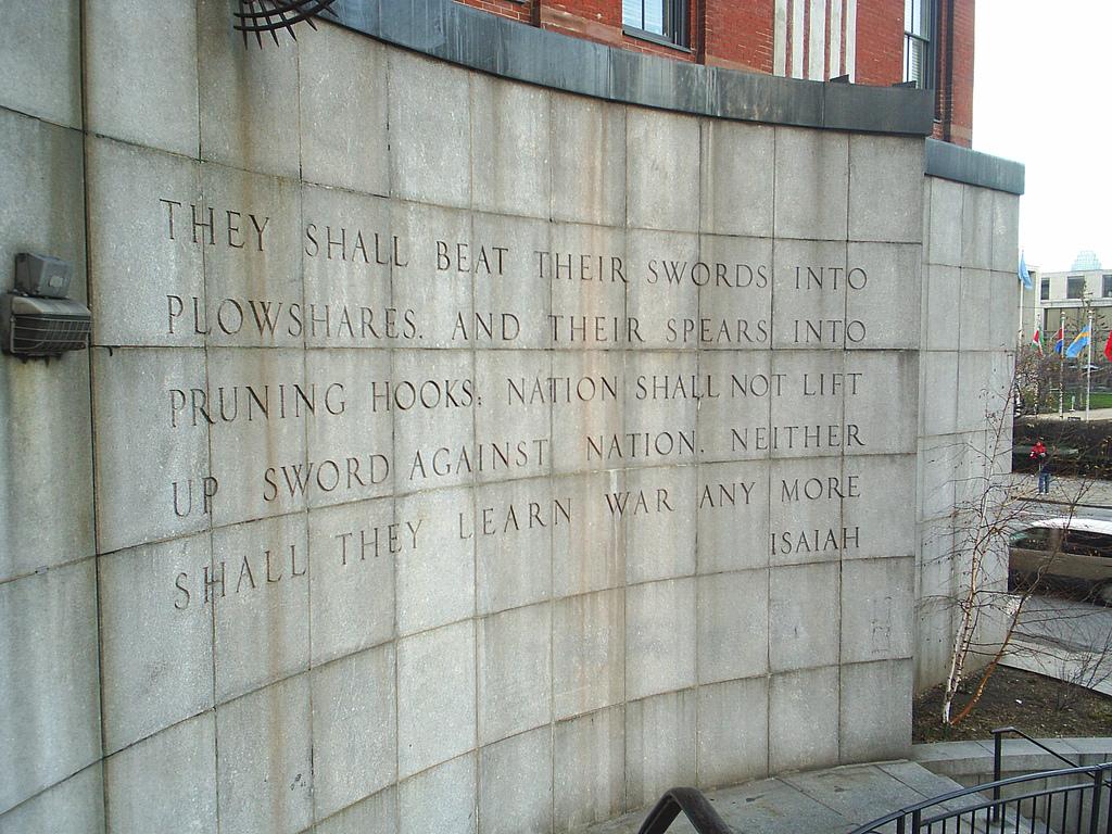 上图:纽约联合国大厦对面Ralph Bunche公园里的「以赛亚墙」,上面刻着「他们要将刀打成犁头,把枪打成镰刀。这国不举刀攻击那国;他们也不再学习战事」(赛二4;弥四3)。这句话表达了人类盼望和平的美好愿望,但却故意不写前面一句:「祂必在列国中施行审判,为许多国民断定是非」(赛二4)。世人要和平、却不要赐和平的神,所以和平的美好愿望注定只是一场美梦。