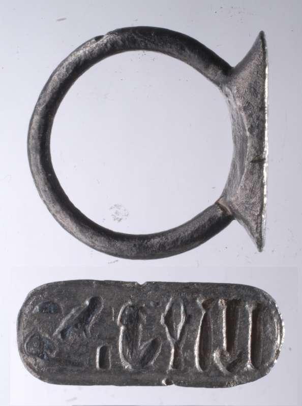 上图:以革伦出土的主前7世纪的印章戒指。