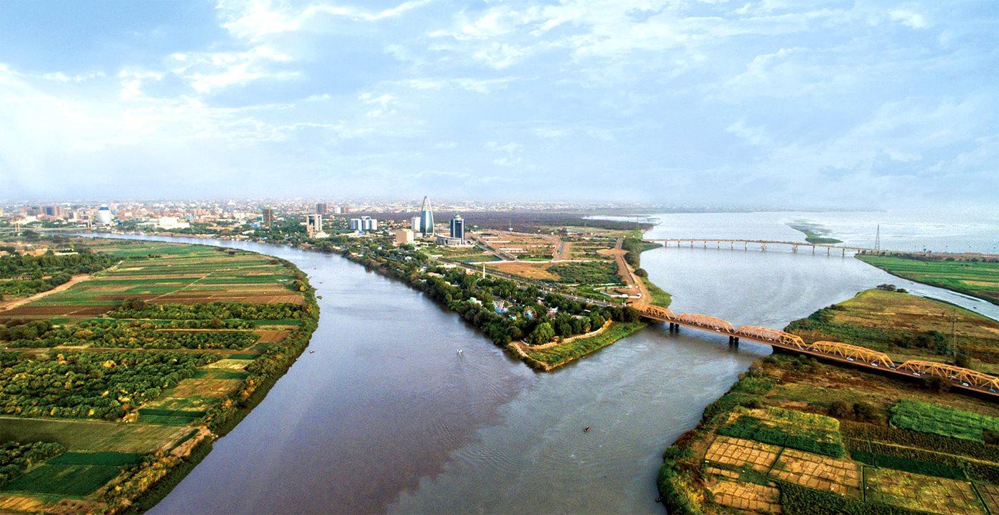 上图:青尼罗河和白尼罗河在苏丹首都喀土穆附近汇成了尼罗河。