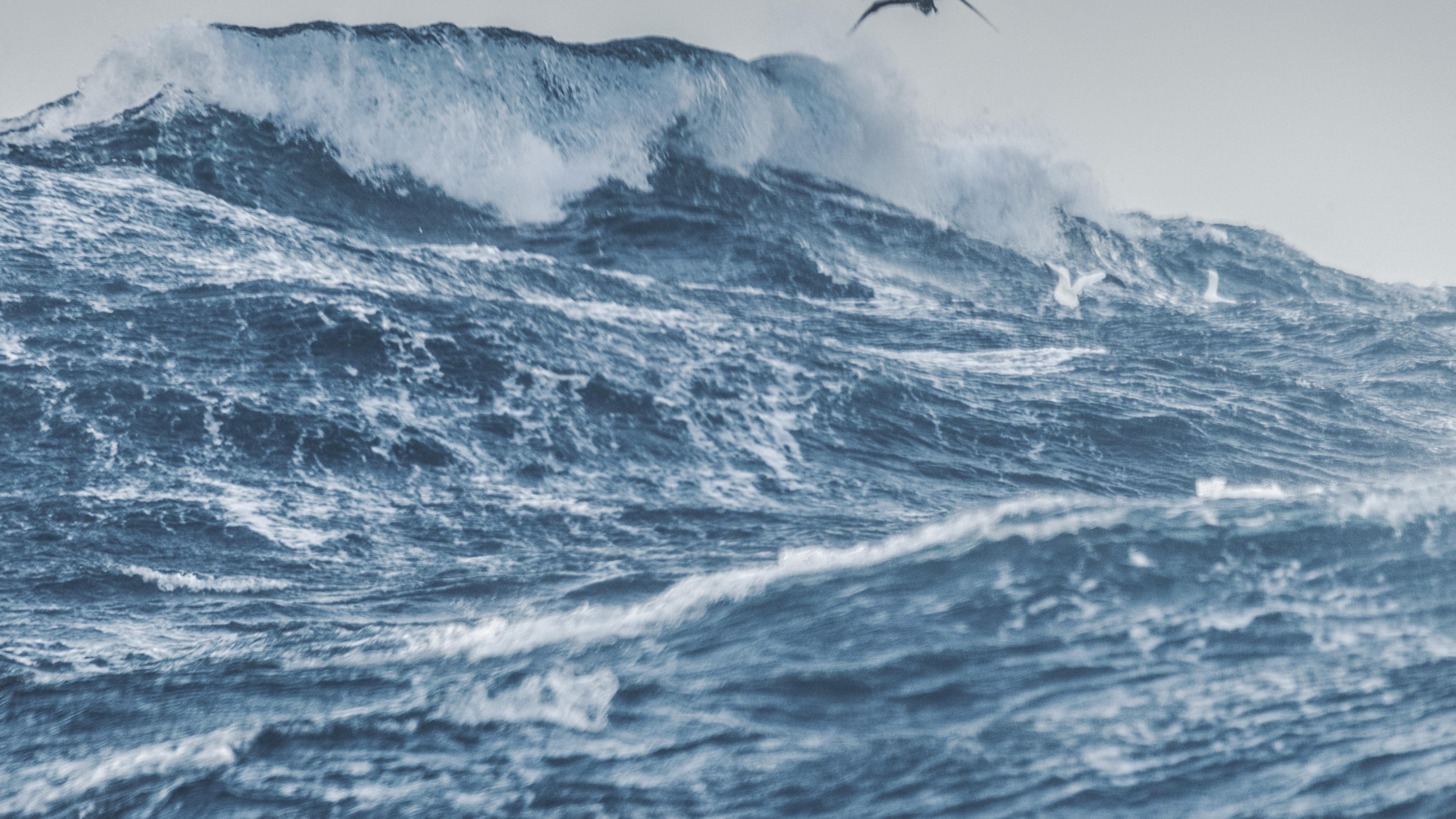 上图:地中海的风暴。古代中东人普遍把地中海和其中的海怪视为混沌和没有秩序的代表。海洋和陆地的争斗,怒海无法控制的能力,都是古代中东神话的重要因素。巴比伦创世史诗《埃努玛埃利什》描写马尔杜克如何在代表大水混沌之女神查马特以龙的形式出现时,把她克服。乌加列传说中很多关于巴力的循环故事,都是描述巴力、亚拿特与对手海神之间的争斗。