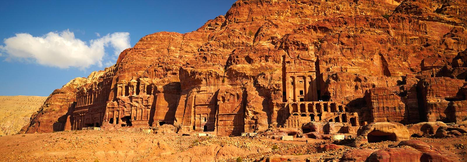 上图:凿山而建的佩特拉古城,现存的希腊、罗马式遗址几乎全部都是从岩石中雕凿出来的。主前6世纪,纳巴泰人驱逐以东人、占据了以东地,佩特拉成为纳巴泰王国的首都。佩特拉北通大马士革,南经亚喀巴湾可到印度洋和红海,西通加沙,东面穿过沙漠可到波斯湾,是古代贸易路线上的要塞。3世纪以后,可能由于萨珊波斯帝国的崛起和红海海上贸易的兴盛,作为陆路交通要塞的佩特拉渐渐衰落,7世纪被阿拉伯军队征服时,已是一座废弃的空城。