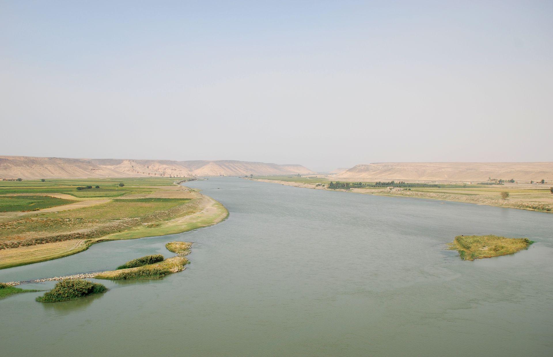 上图:靠近叙利亚Halabiye附近的幼发拉底河(Euphrates),河的左岸是Zalabiye考古遗址。幼发拉底河在圣经中也被称为伯拉河(Perath)、伯拉大河、大河,发源于土耳其境内的安纳托利亚山区,依赖雨雪补给,流经叙利亚和伊拉克,注入波斯湾。幼发拉底河与其东面的底格里斯河形成的两河流域,被称为美索不达米亚(Mesopotamia),是重要的古代文明起源地。由于河水带来的沙泥把河床不断填高,最终使两河的河口不断南移,现在下游合流在一起,称为阿拉伯河。