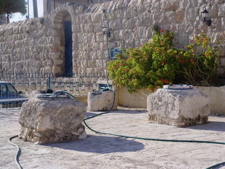 上图:伯利恒的大卫井(King David's Wells)是三个古老的蓄水池,于1895年被发现,至今仍可使用。大卫的勇士当年可能就是从类似的井中冒死打水(代上十一16-19)。