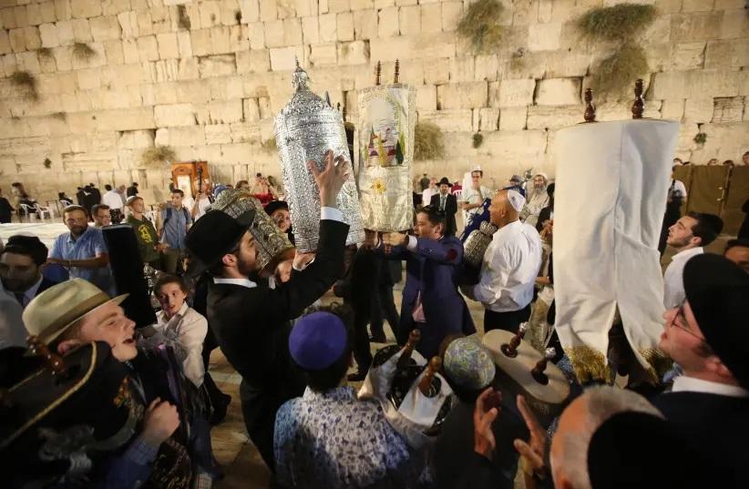 上图:2018年住棚节的后一天妥拉节(Simchat Torah),犹太人在耶路撒冷的西墙跳舞,庆祝读完一遍摩西五经。跳舞是以色列人表达欢乐的传统方式,这种民间舞蹈的动作简单、人人都能参加,并不需要特殊的训练或技巧。