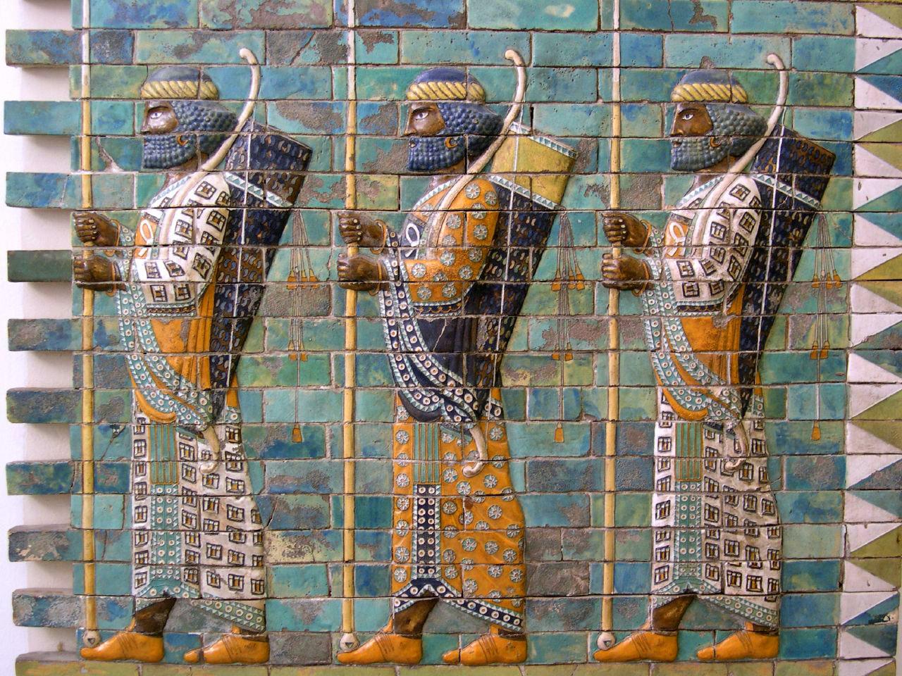 上图:书珊城(Susa)大流士王宫里的波斯战士浮雕,现藏于柏林别加摩博物馆(Pergamon Museum)。