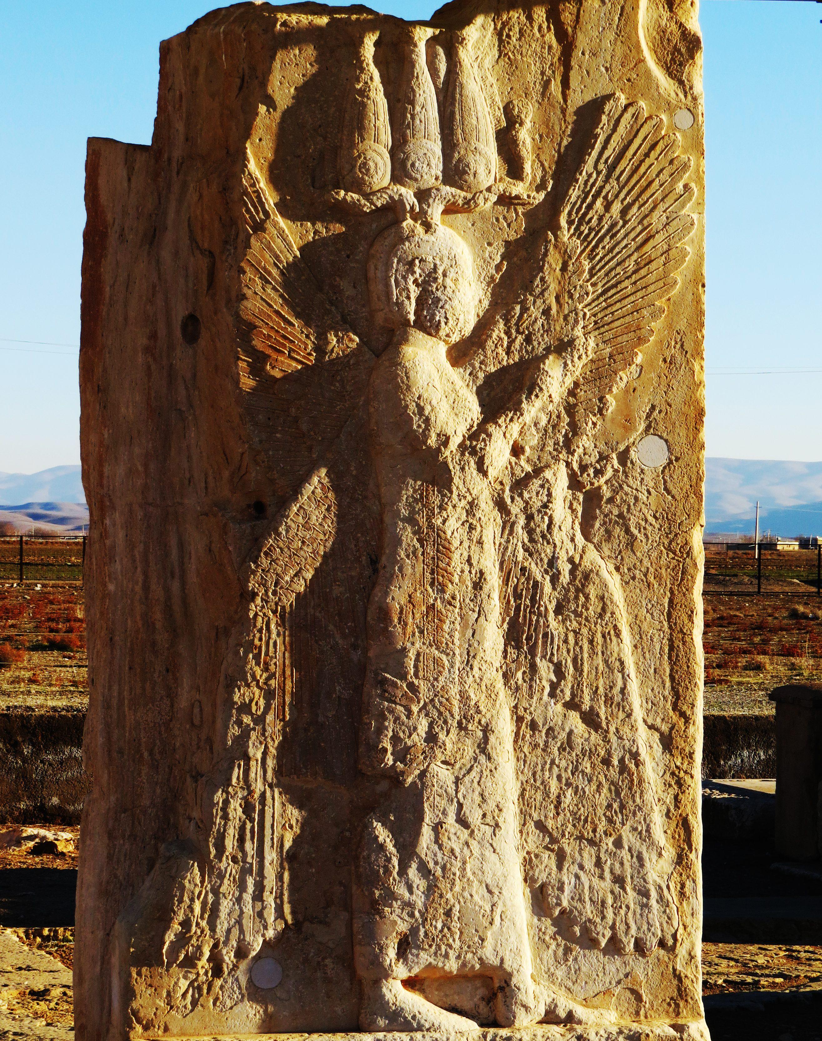 上图:戴着古埃及「叫喊」冠(Hemhem crown)的古列王浮雕,位于帕萨尔加德(Pasagardae)的古列陵墓。