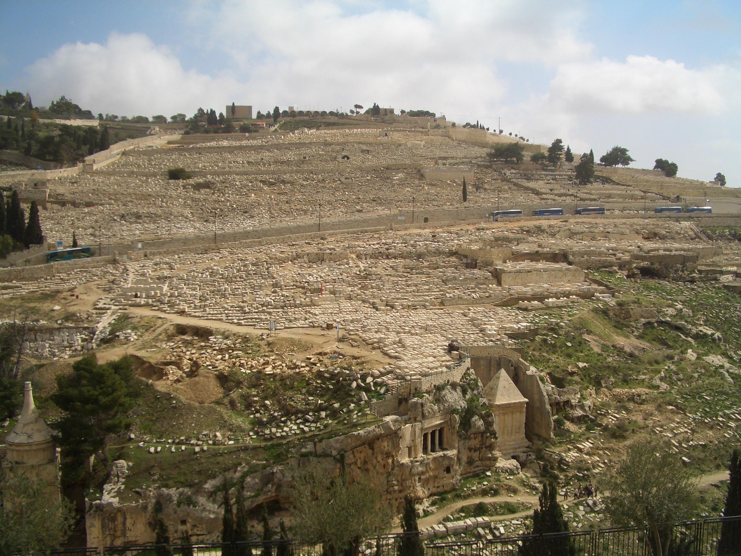 上图:从耶路撒冷城向东看橄榄山犹太公墓,山坡上有超过15万个坟墓。下面的汲沦溪中也有古代的汲沦谷墓地(Kidron Valley necropolis)。汲沦溪历来就是倾倒不洁之物的地方(代下十五16;二十九16;三十14),现在这里两边都有犹太人和穆斯林的墓地。