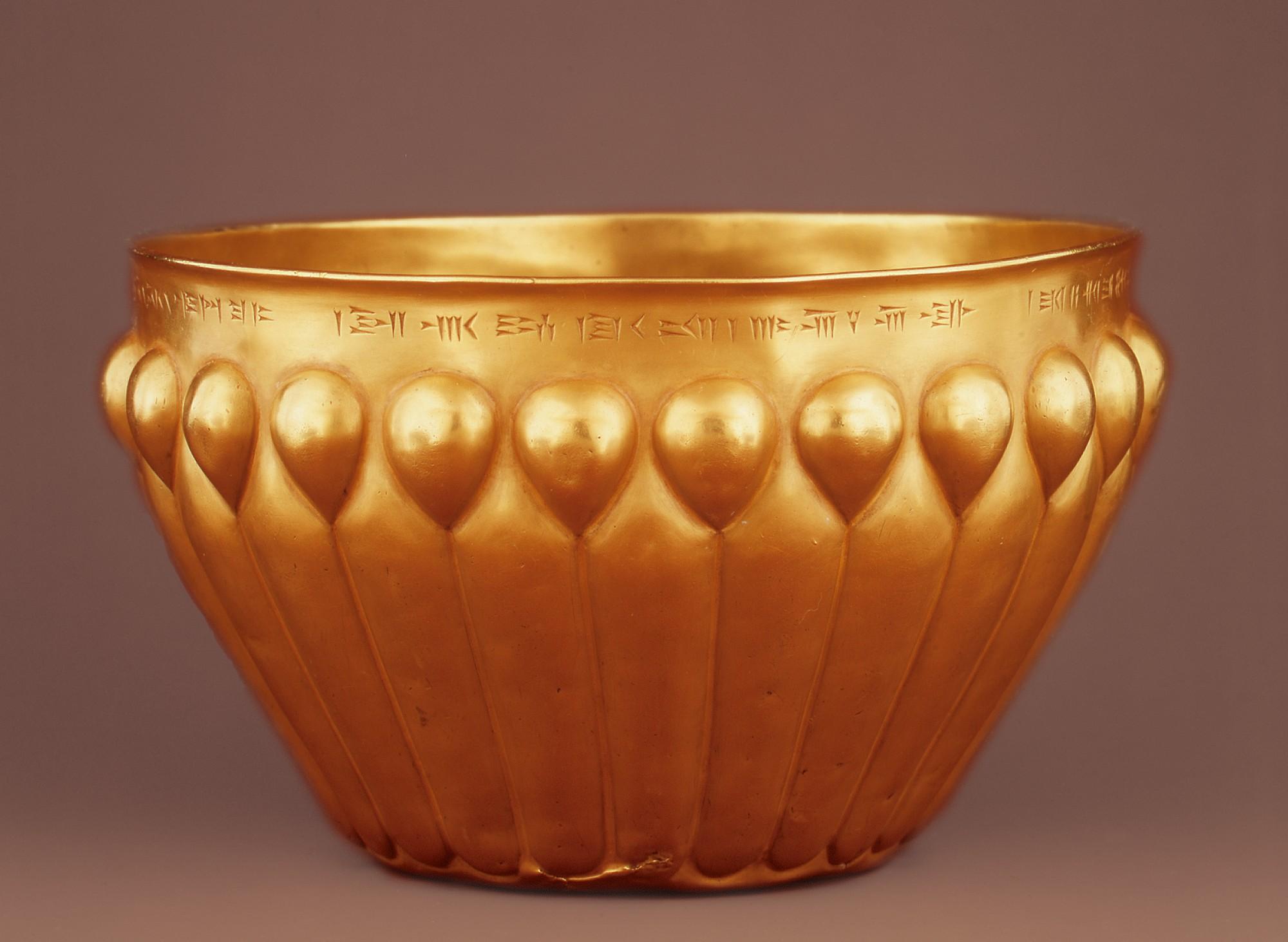 上图:波斯阿契美尼德王朝的金碗。