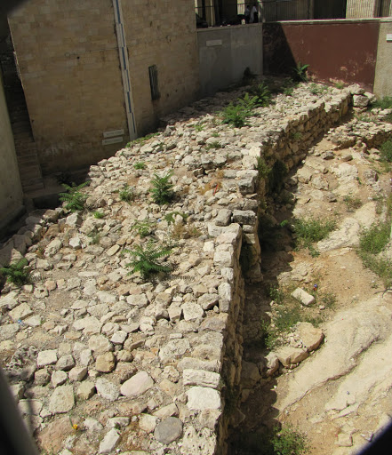 上图:1970年代在耶路撒冷发现的耶路撒冷宽墙(Broad Wall),其年代可追溯到希西家年间。宽墙是是一个巨大的防御性结构,厚7米。挖掘出来的长度65米,最高达3.3米。修筑宽墙的动机是防备亚述入侵(赛二十二9-10;尼三8)。