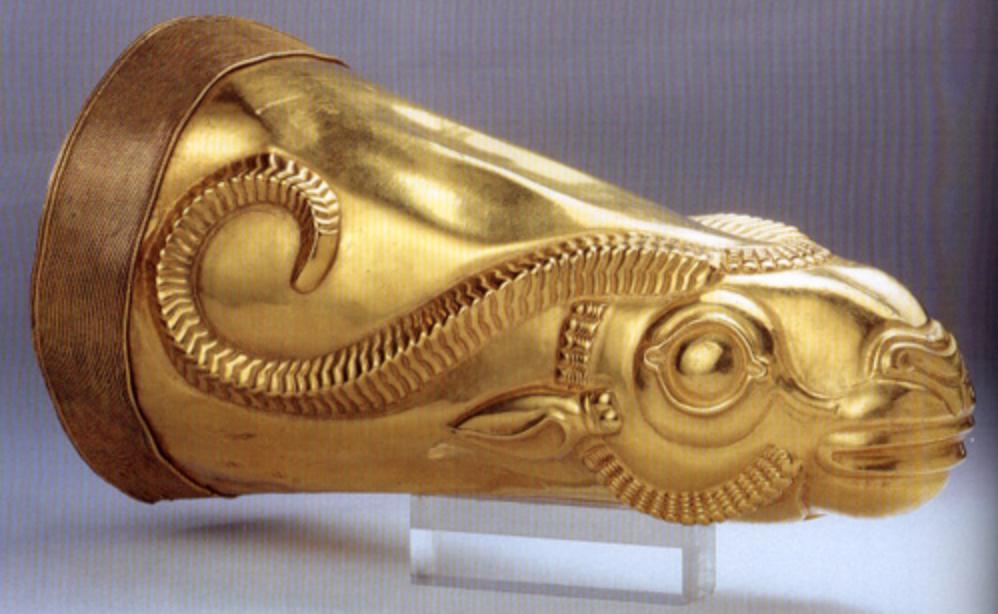 上图:从亚马他城(Ecbatana)出土的黄金角状酒杯(Golden rhyton),是波斯阿契美尼德帝国时期的文物,收藏在伊朗国家博物馆。