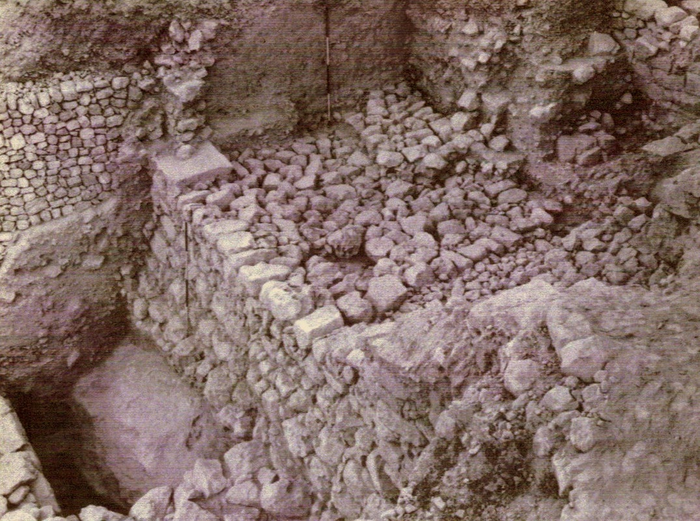 上图:希西家时代的中坡墙(mid-slope wall),位于基训泉附近,被尼希米所修复,这段墙有8米宽。图中可见当时所用来修造的石头。英国考古学家肯扬(Kathleen Kenyon)拍摄。