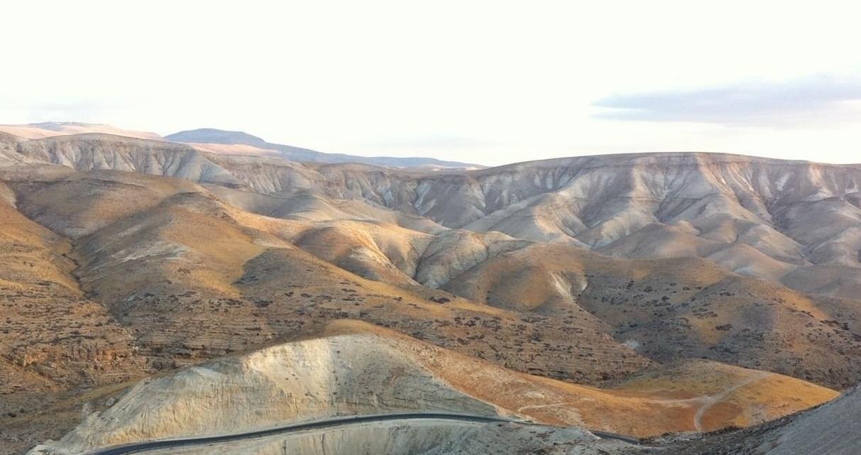 上图:从约旦河谷上行到耶路撒冷,海拔落差一千多米,一路都要向山举目(诗121:1)。