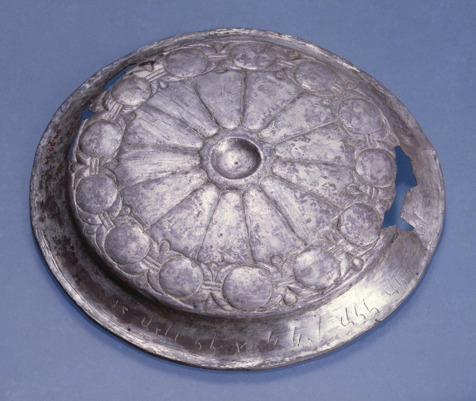 上图:埃及尼罗河三角洲玛什库塔遗址(Tell el-Maskhuta)出土的主前410年左右波斯银器,上面写着「基达王基善的儿子凯努(Qainu)奉献给汉伊拉特(阿拉伯女神Han-Ilat)」,现存于布鲁克林博物馆。