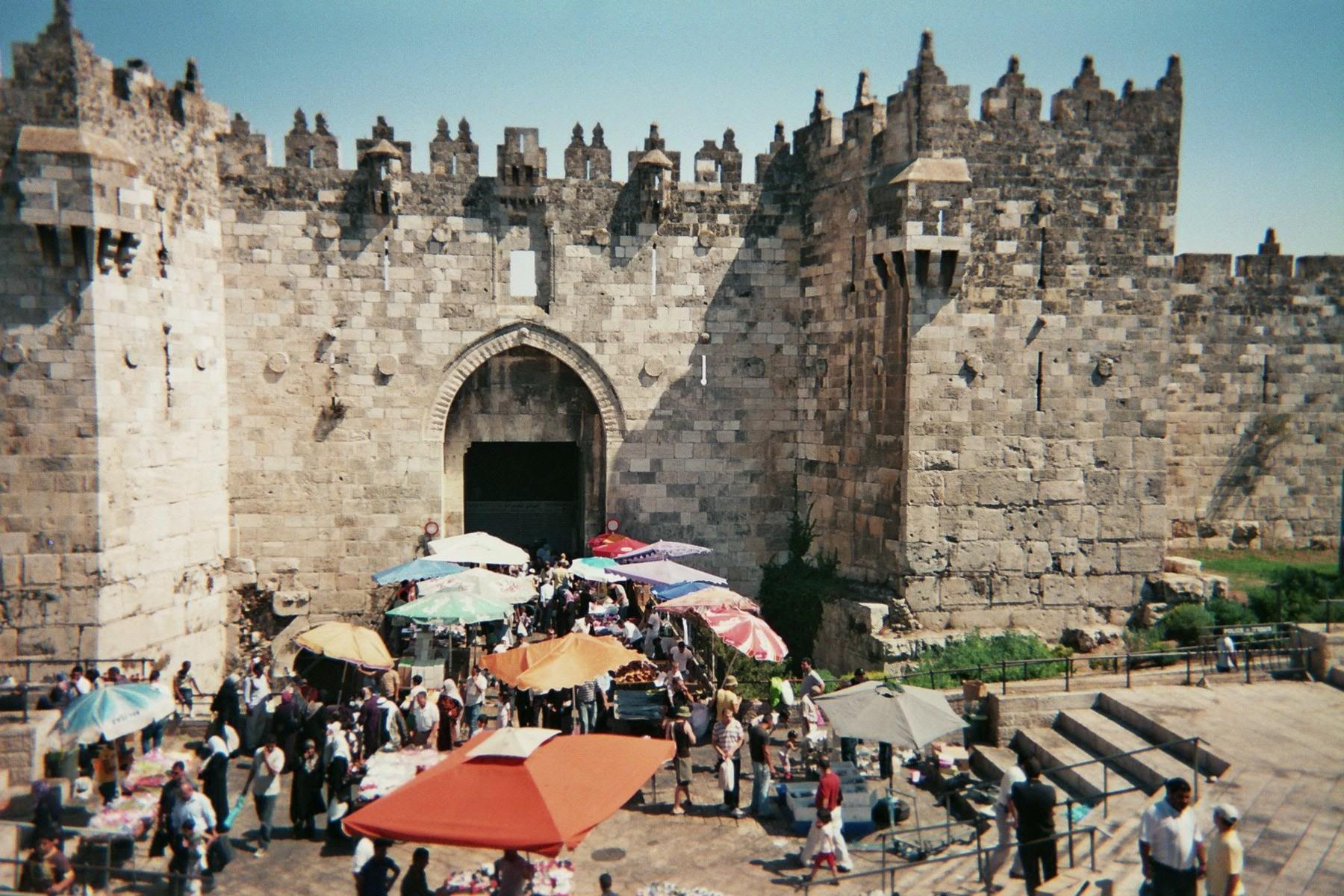 上图:耶路撒冷老城大马士革门口的市场。