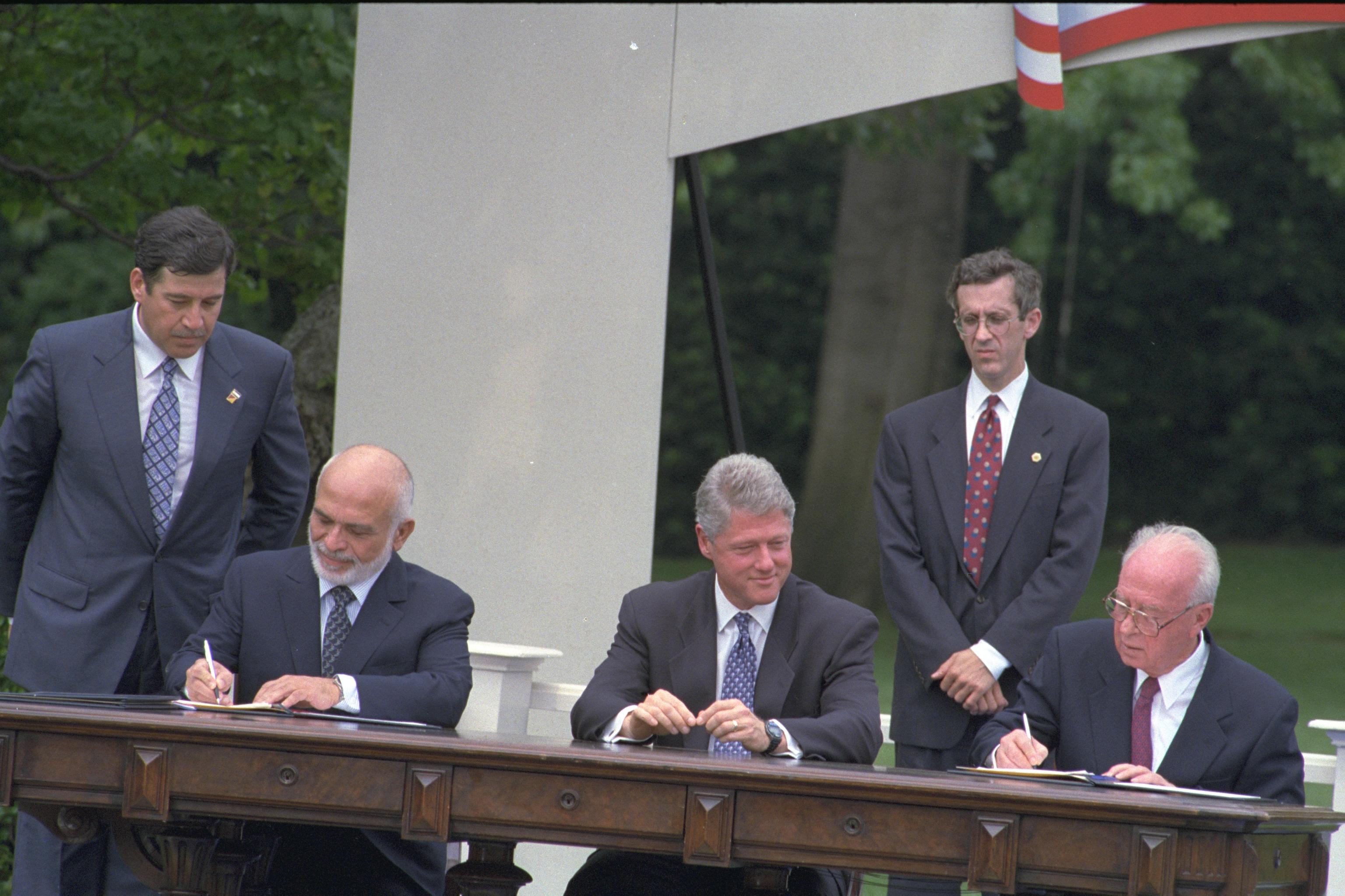上图:1994年,以色列总理拉宾和约旦国王侯赛因在美国总统克林顿的见证下签订和平协议,正是结束了两国的敌对状态。在庆祝仪式上,以色列大拉比She'ar Yashuv Cohen诵读了诗篇第121篇。
