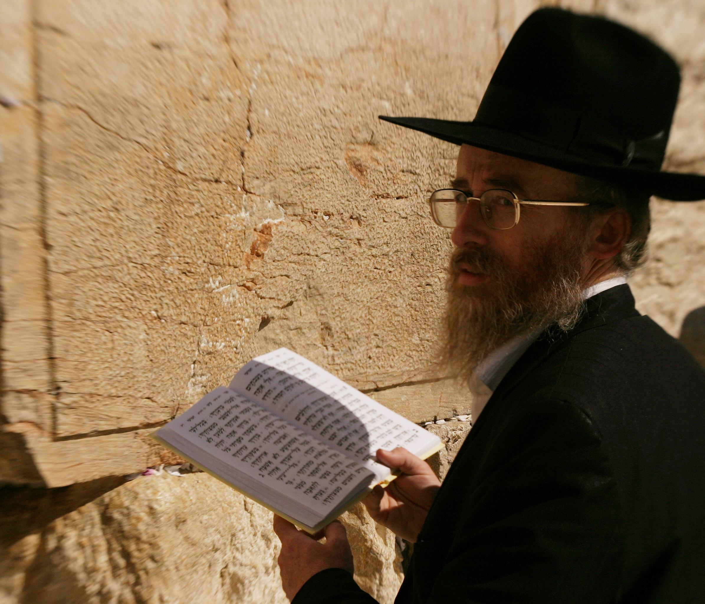 上图:一位犹太人在耶路撒冷西墙诵读诗篇第一百一十九篇。