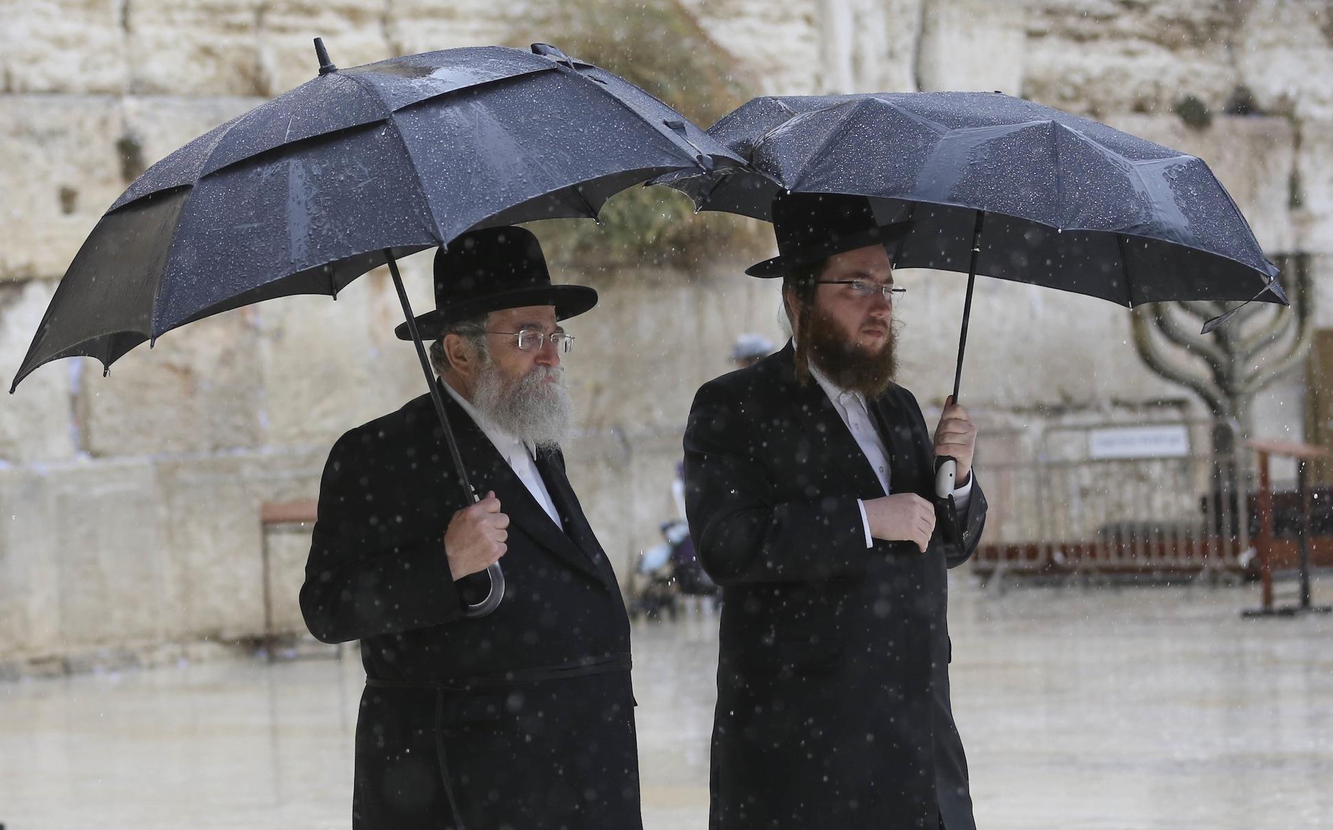上图:雨中的耶路撒冷西墙。以色列的夏天旱季,冬天是雨季。