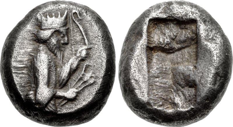 上图:大流士一世时代的波斯帝国银币锡格洛斯(Siglos),重约5.4-5.6克,含银量是97-98%。正面是大流士王拿着弓和箭,背面是一个长方形的戳印。1达利克金币折合20锡格洛斯银币。