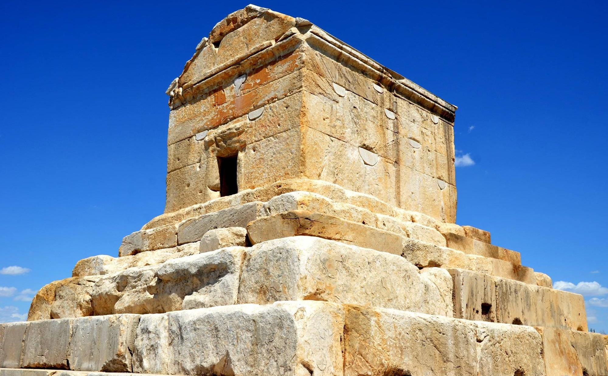 上图:位于伊朗帕萨尔加德(Pasargadae)的古列王墓,已经保存了两千多年。波斯人和以色列人一样,非常重视祖先的坟墓。亚历山大大帝将它视为是古列王的陵墓。阿拉伯人认为这座陵墓违反伊斯兰教的教义,曾经试图破坏。但陵墓的管理人让阿拉伯统治者相信这是所罗门母亲的坟墓,因而免于被毁。