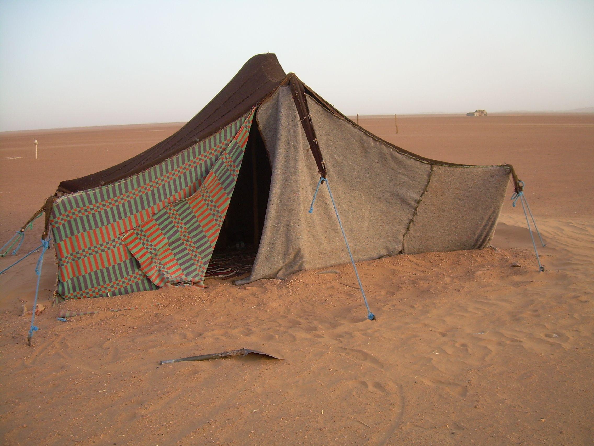 上图:阿拉伯沙漠中的贝督因人帐棚,用绳索固定在地上。绳索若拔出,帐棚就会倒塌。「他帐棚的绳索岂不从中抽出来呢」(伯四21),意思是「他岂不要死亡吗」。