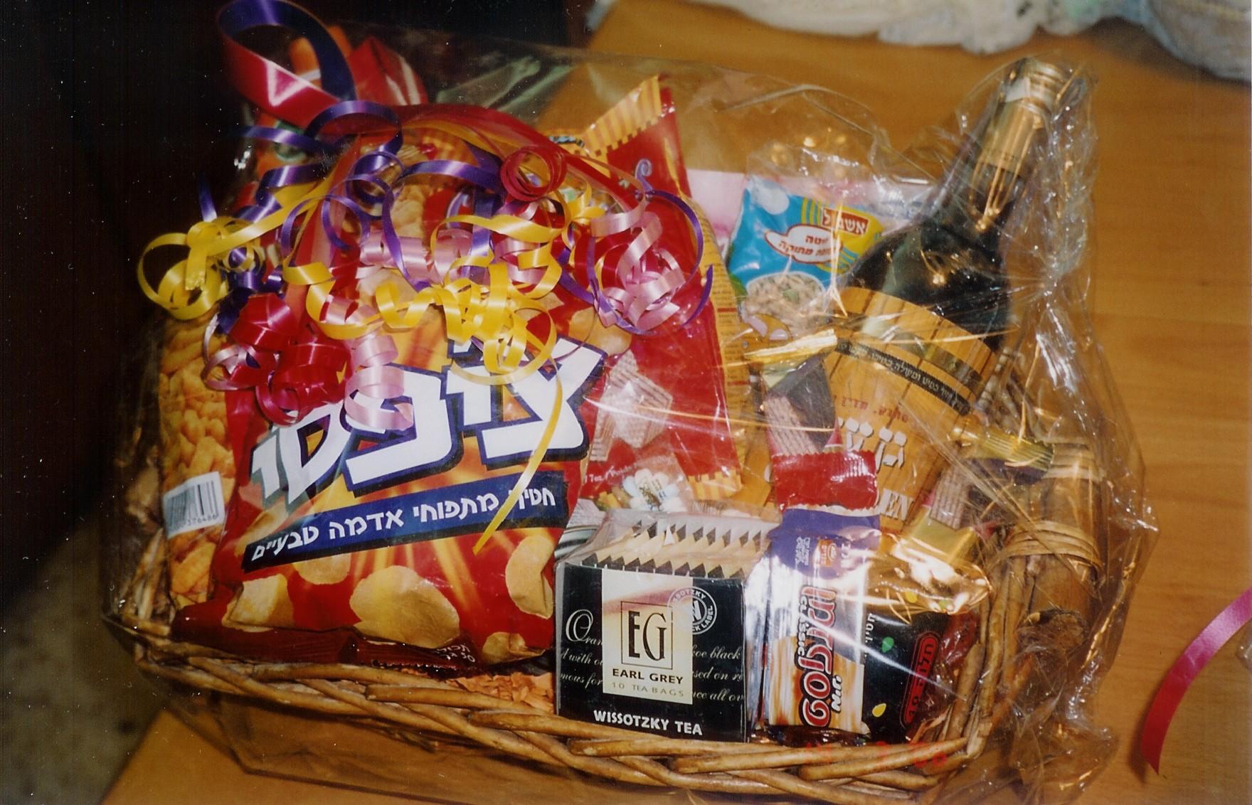 上图:普珥篮子(Mishloach manot,Purim basket),是犹太人在普珥节送人的礼物,至少要包括两种基本的食物或饮料。每一个行过成人礼( Bar and Bat Mitzvah)的犹太人都要在普珥节那天向一个以上的人送一份包含两种不同食物的礼物。