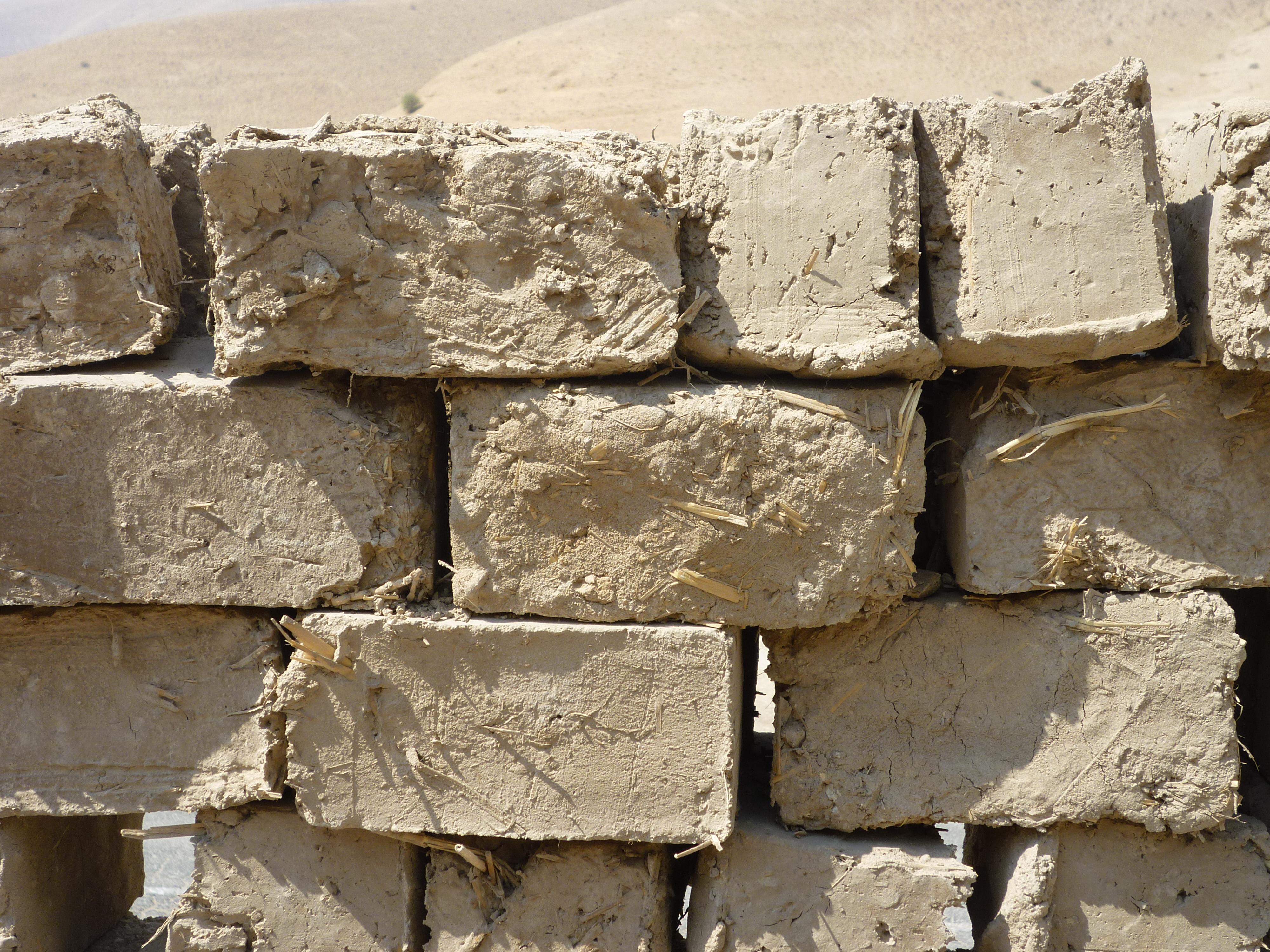 上图:约旦河西岸巴勒斯坦地区的现代泥砖。