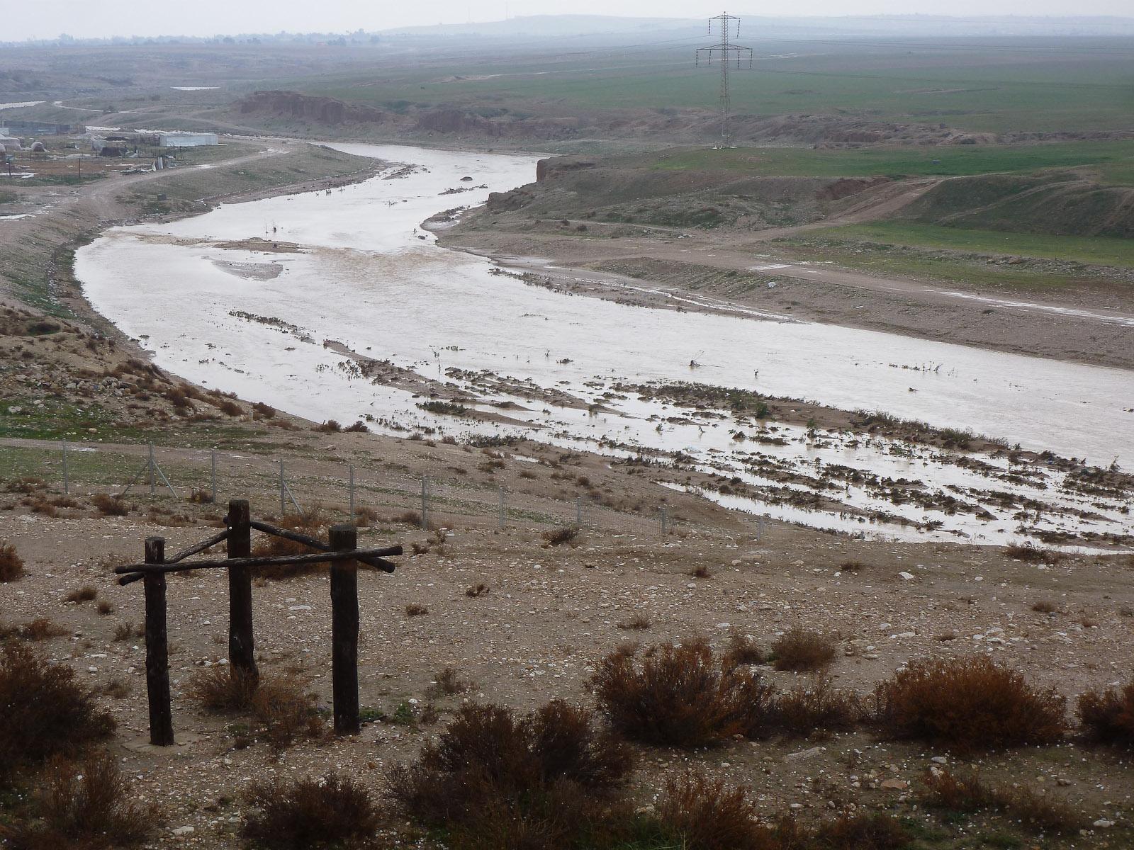 上图:2013年1月10日,雨后的别是巴河充满了水。