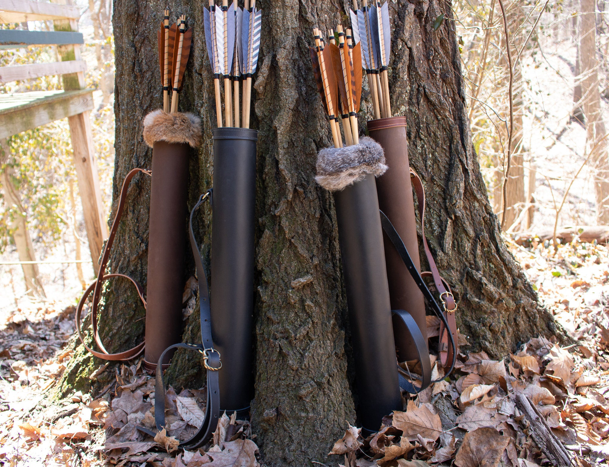上图:装满箭的箭袋。一支箭由箭头、箭杆和箭羽组成,通常箭头是金属的,箭杆采用竹、木,箭羽采用鸟翅,辅料包括鱼鳔胶、牛筋、丝、漆。制作一支箭需要一百多道工序,费时费工、造价昂贵,宋朝十支箭折合一石米的价格。其中箭杆对于工艺、材料和时间的要求最高,材料必须有足够的硬度和弹性,制作时要保证直度、长度和挠度,否则就会影响射击精度。因此,古人造一支箭并不容易,使用后都会尽量回收。但古人造箭非常舍得投入成本,因为如果追求廉价,不能造成有效杀伤,就会浪费战场上极其有限的射击机会,生死攸关。
