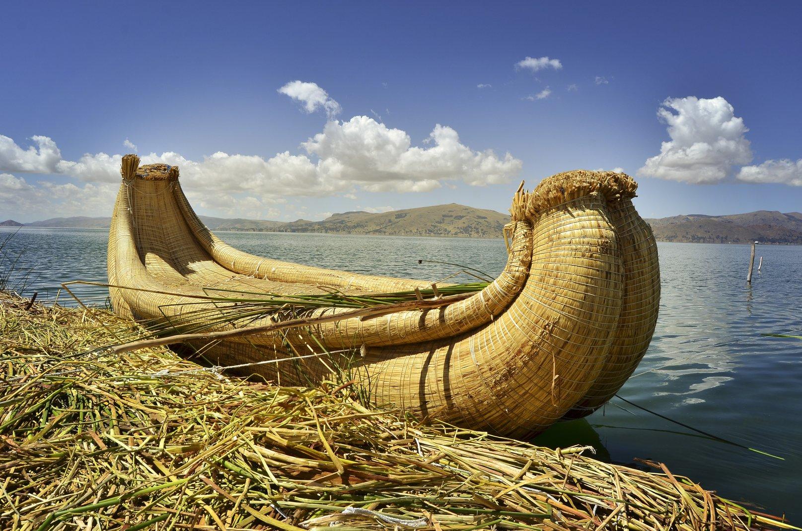 上图:轻巧的蒲草船。