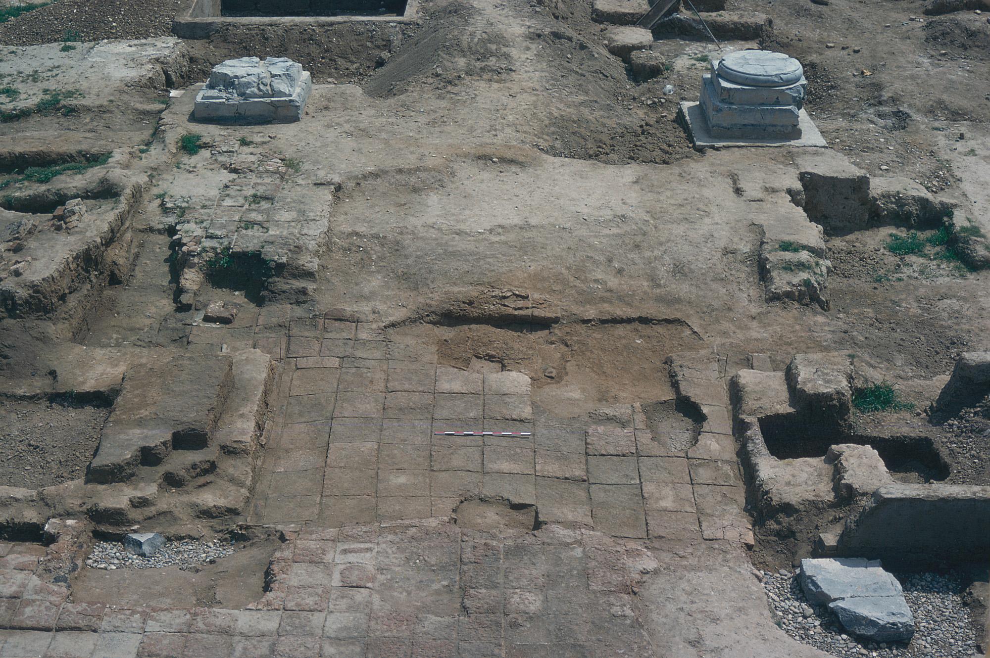 上图:大流士门中的两个立柱基石,两个柱子之间的距离超过7米。书珊波斯王宫东面的大流士门遗址,可能就是末底改所任职的朝门(斯二19;三2;四2;五9;六10)。这是一个1120平方米的泥砖建筑,位于大厅(apadana)的东侧。可能是由大流士一世提议,亚哈随鲁建造的。