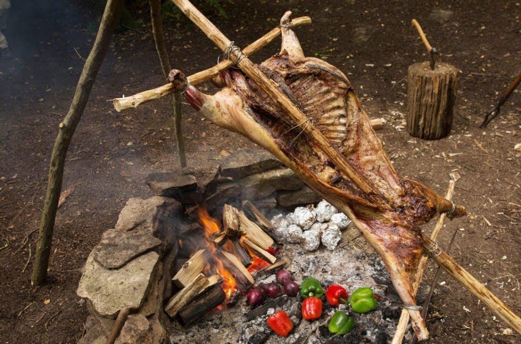 上图:明火烤羊,需要在炭火上架起支架,不停转动,才能受热均勻,过程比打猎还麻烦,所以「懒惰的人不烤打猎所得的」(箴言十二27)。
