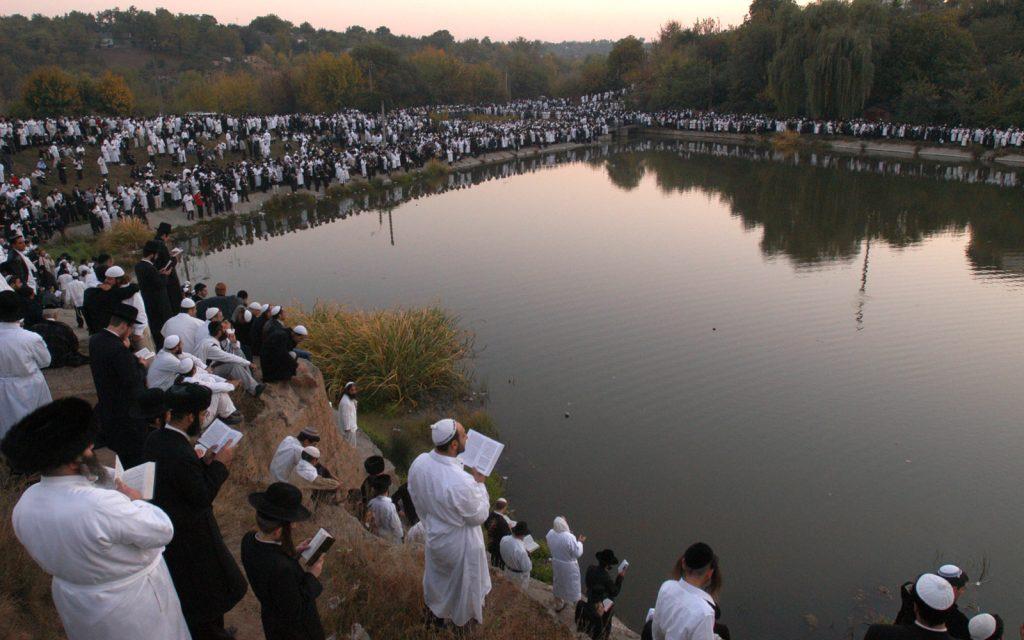 上图:乌克兰的犹太人在赎罪日举行Tashlich仪式,把象征罪的面包投入水中,表示求神「将我们的一切罪投于深海」(弥七19)。仪式上会诵读诗篇第130篇。