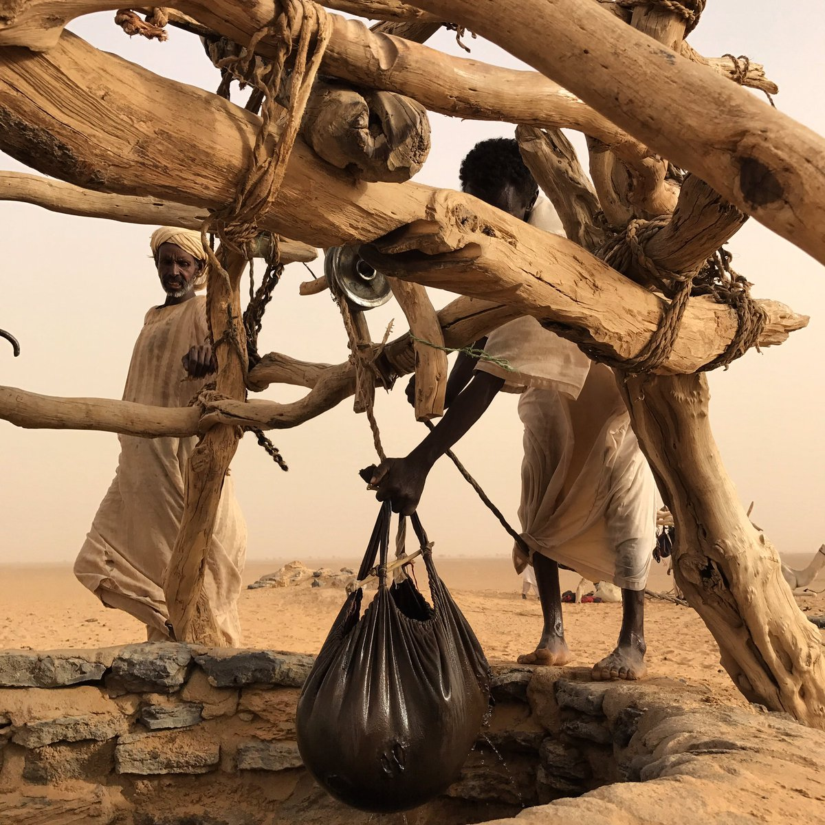 上图:撒哈拉沙漠的贝都因人用山羊皮水袋从Bayuda Desert的井里打水,皮袋包着水,就像云「将水包在密云中,云却不破裂」(伯二十六8)。