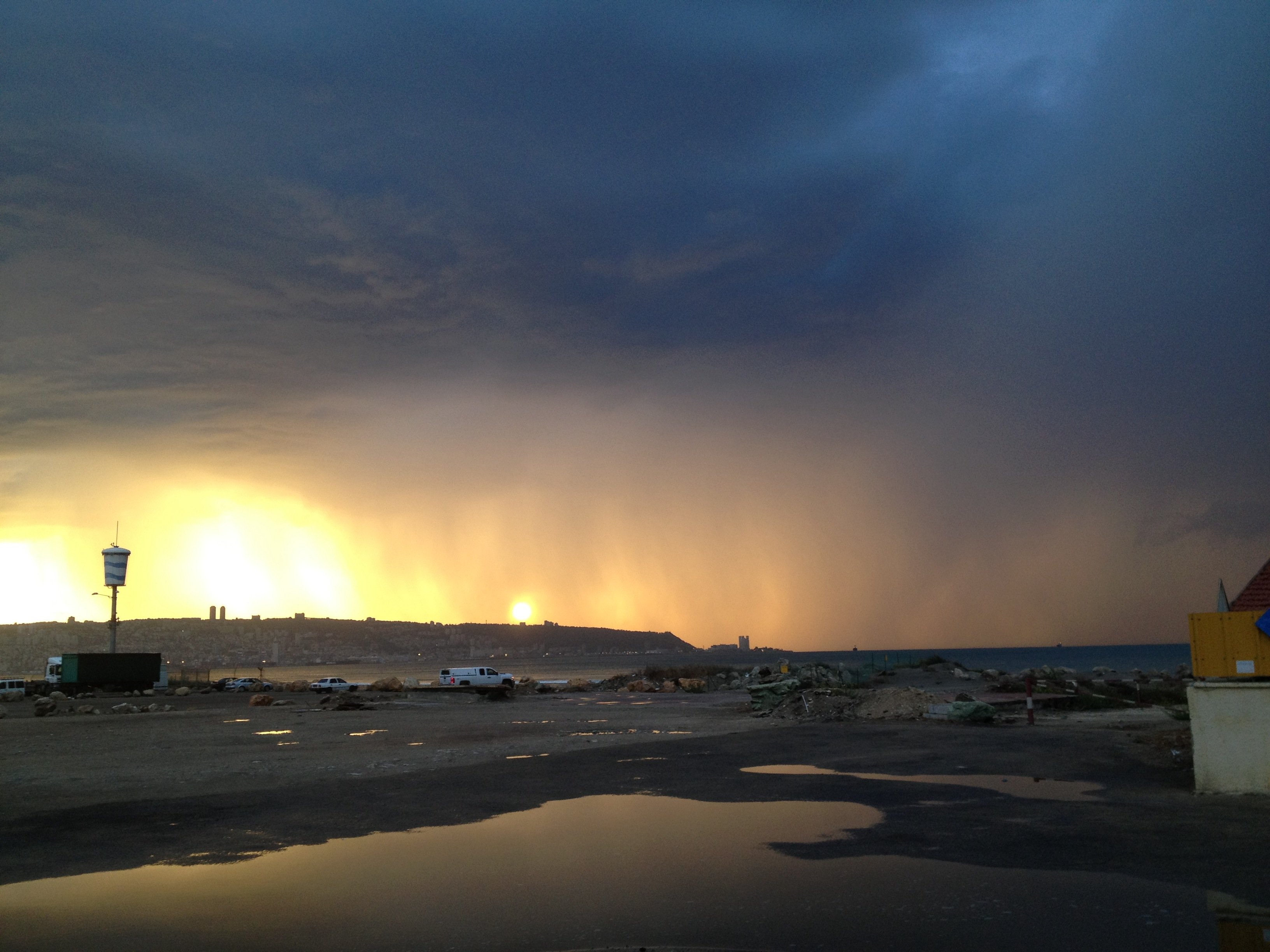 上图:2015年以色列冬季第一场雷雨之后的天空,「金光出于北方」(伯三十七22),可能就是类似的景象。