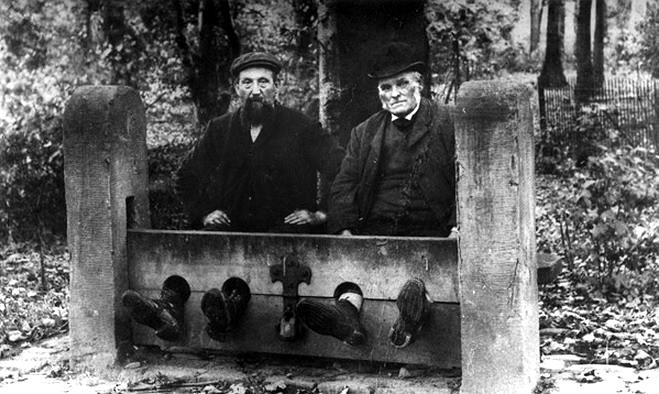 上图:1900年,英国Bramhall的两个男人被上了木狗。