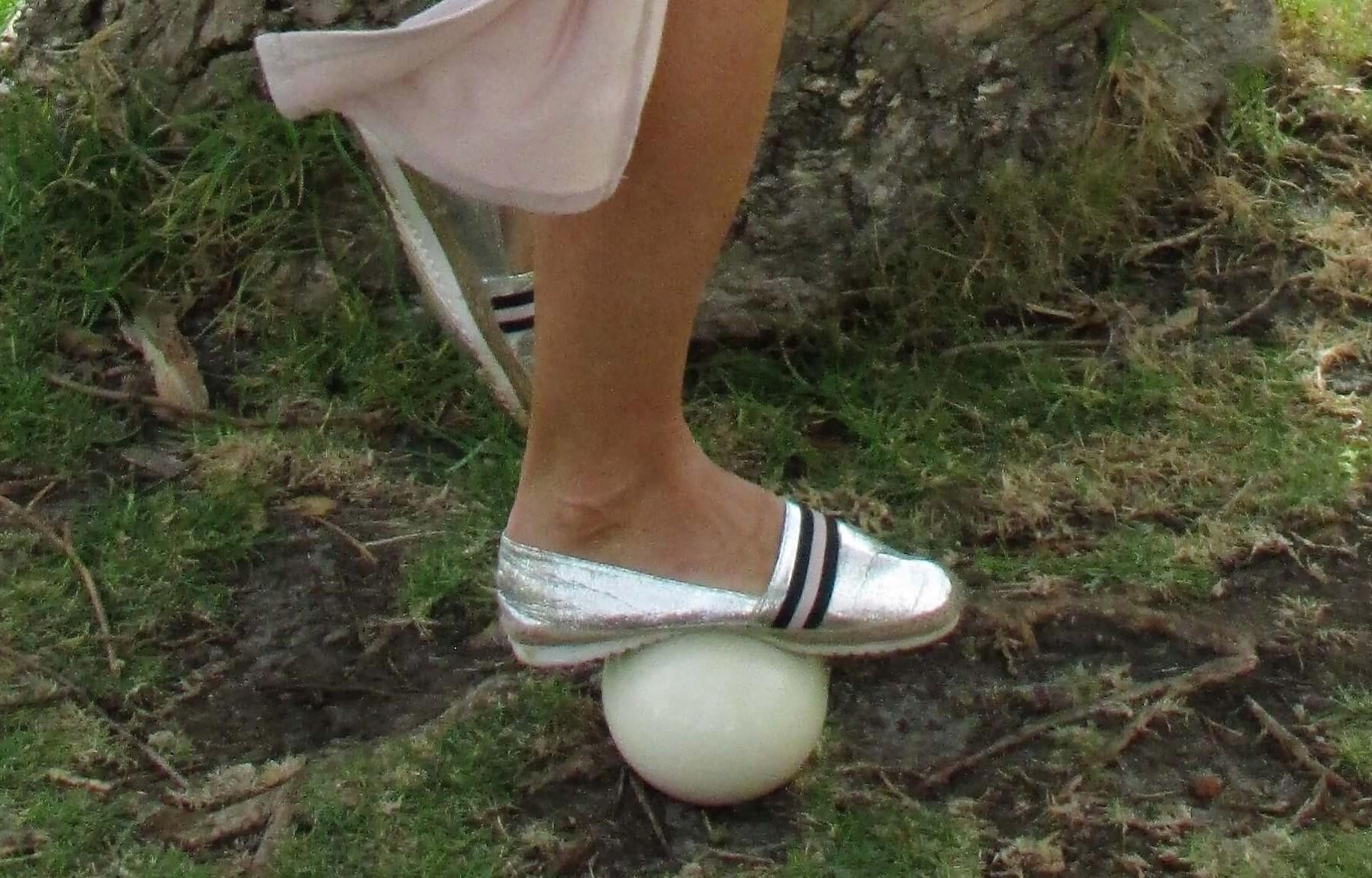 上图:鸵鸟蛋重约1.5公斤左右,非常坚固,人可以站立在其上。