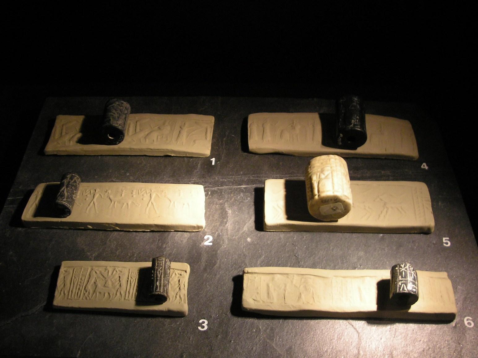 上图:各种尺寸的滚筒印章和压出来的印泥,就像早晨的阳光照在地上,「因这光,地面改变如泥上印印」(伯三十八14)。