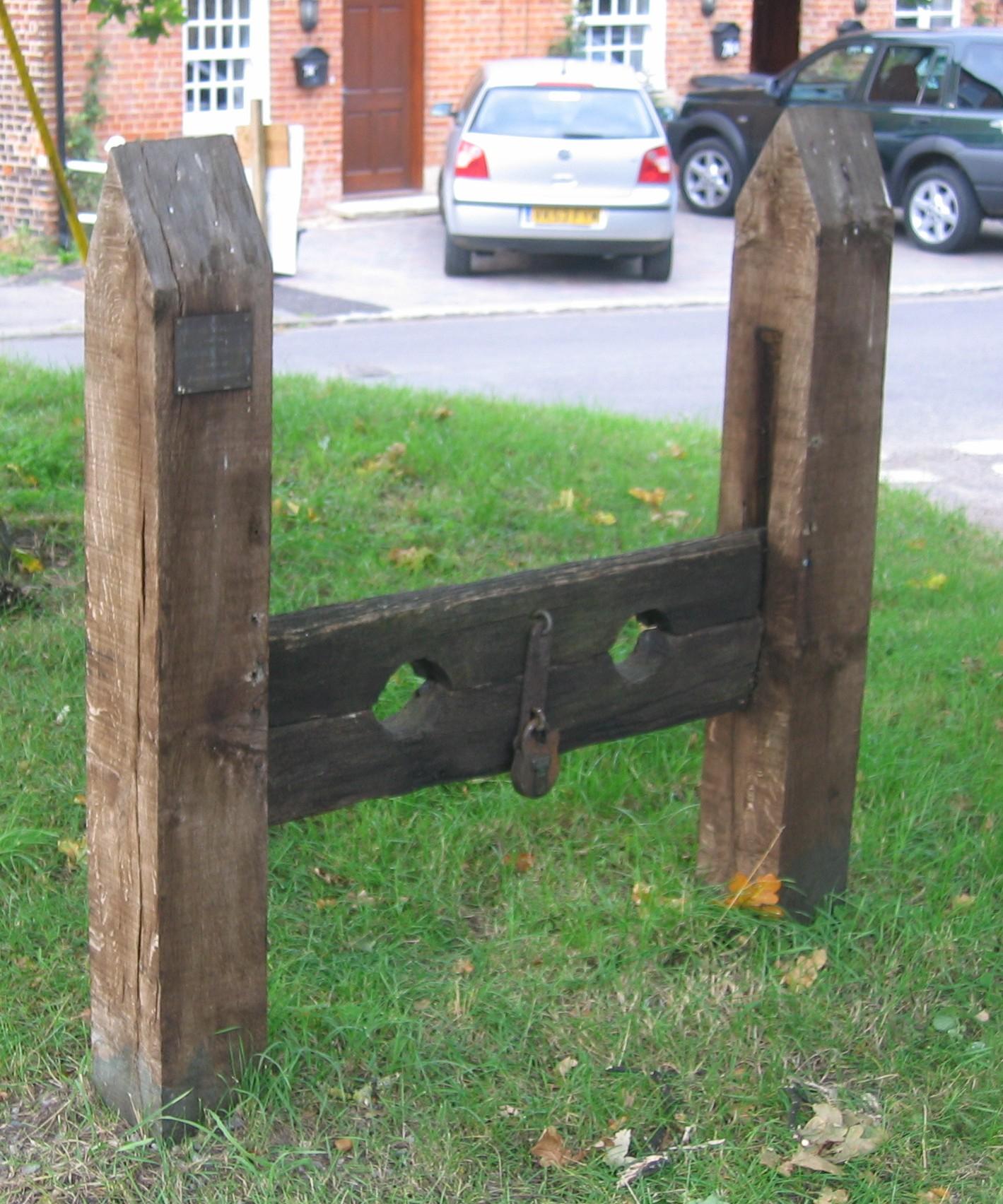 上图:英国Keevil街头的木狗(Stock)。英格兰1351年的《劳工法 Statute of Labourers》要求每个城镇和村庄都建立一套木狗,从未被正式废除过。