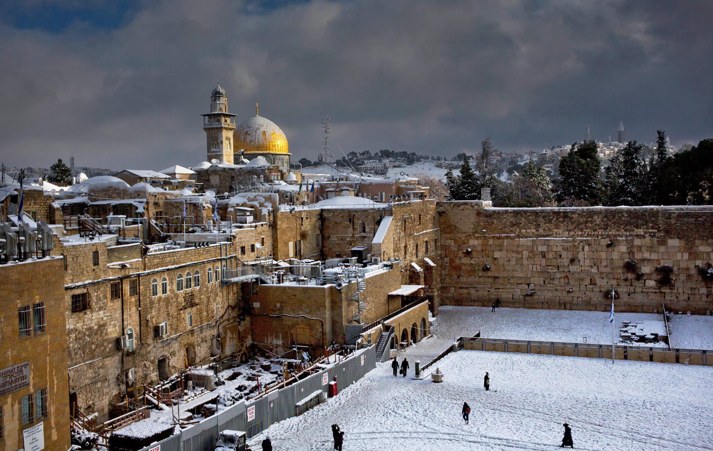 上图:一场罕见的暴风雪之后的圣殿山。2013年12月13日,耶路撒冷降雪40-70厘米。耶路撒冷的冬天并不经常下雪,1950年和2013年是一百四十年来最大的两次。但在北部的黑门山则每年都下雪。
