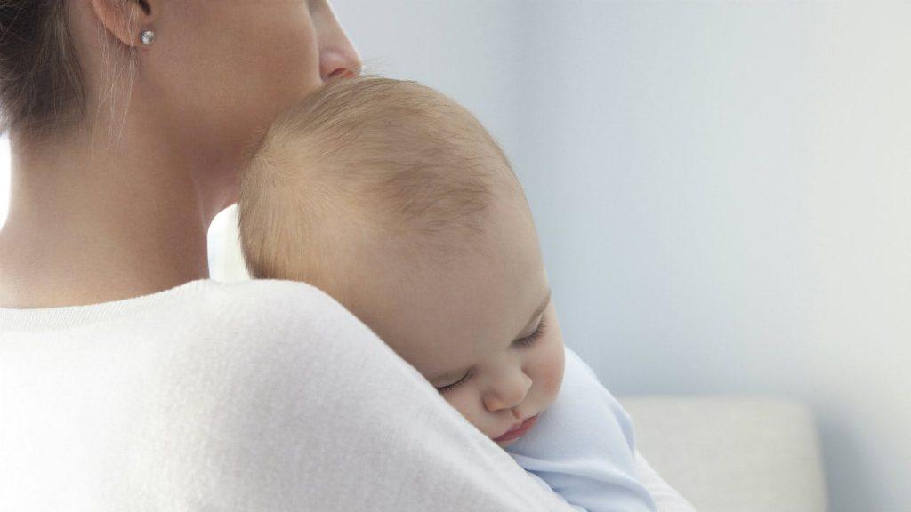 上图:一个断奶的孩子在母亲的怀中,不是为了寻求奶,而是因为倚赖母亲。