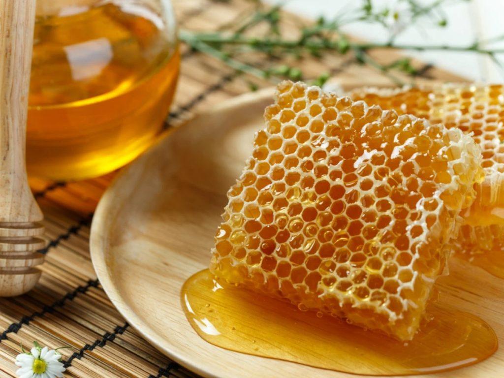 上图:蜂房(Honeycomb)里的巢蜜(Comb honey),是完好地保存在巢脾中的蜂蜜,水分含量少,品质比分离蜜高,可以直接食用。巢蜜由于有蜂蜡自然的保护屏障,保持了蜂蜜的风味和香味,可以保存得更久。在蜂蜜抽取机没有发明之前,几乎所有的蜂蜜都是巢蜜。