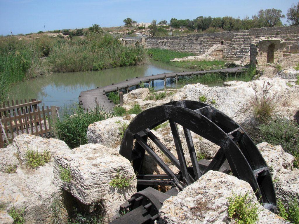 上图:以色列北部迦密山沿海平原的罗马时代引水渠(Nahal Taninim)。