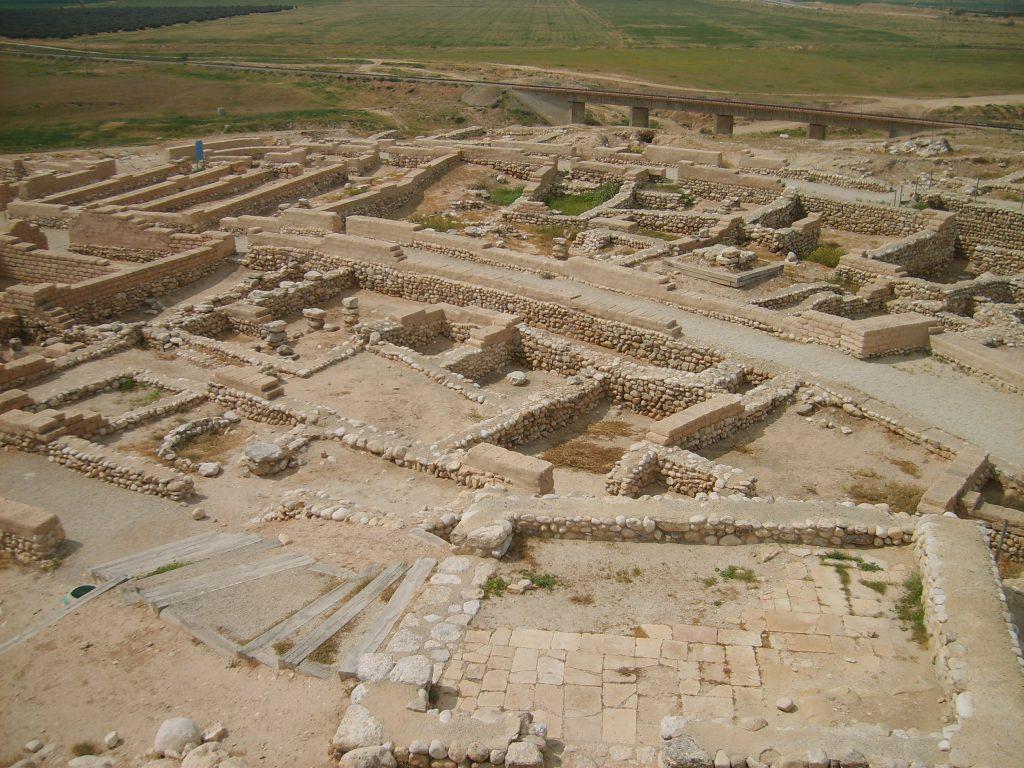 上图:别是巴遗址主前8世纪的房屋根基,可以看出当时大部分的房子都很小。因此,「智慧建造房屋,凿成七根柱子」(箴九1),代表一座很大的房子。