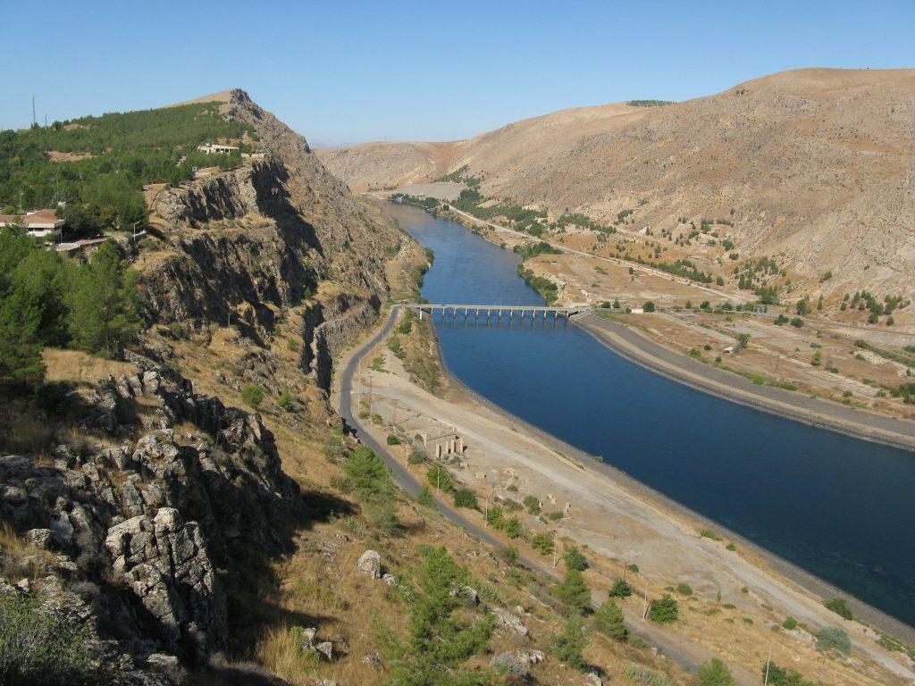 上图:幼发拉底河(Euphrates),河的左岸是Zalabiye考古遗址。幼发拉底河在圣经中也被称为伯拉河(Perath)、伯拉大河、大河,发源于土耳其境内的安纳托利亚山区,依赖雨雪补给,流经叙利亚和伊拉克,注入波斯湾。幼发拉底河与其东面的底格里斯河形成的两河流域,被称为美索不达米亚(Mesopotamia),是重要的古代文明起源地。由于河水带来的沙泥把河床不断填高,最终使两河的河口不断南移,现在下游合流在一起,称为阿拉伯河。