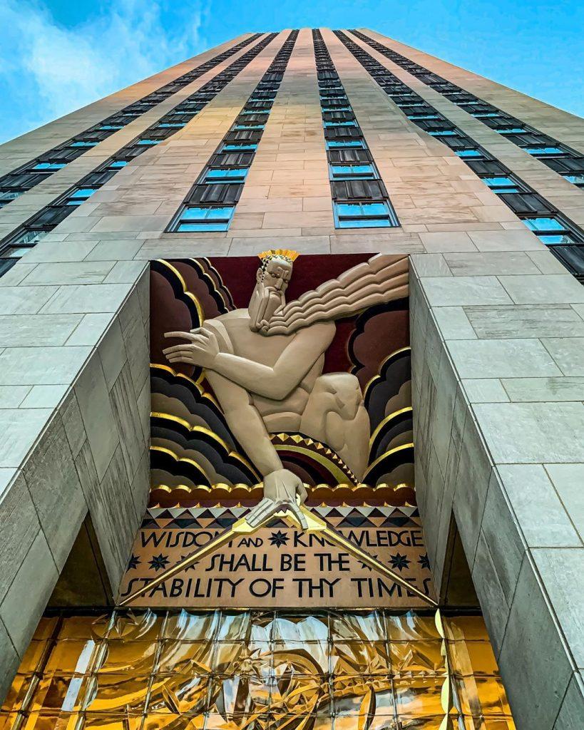 上图:纽约曼哈顿洛克菲勒广场30号(30 Rockefeller Plaza)的正门入口装饰,上面的文字引自《以赛亚书》:「你一生一世必得安稳——有丰盛的救恩,并智慧和知识;你以敬畏耶和华为至宝」(赛三十三6)。