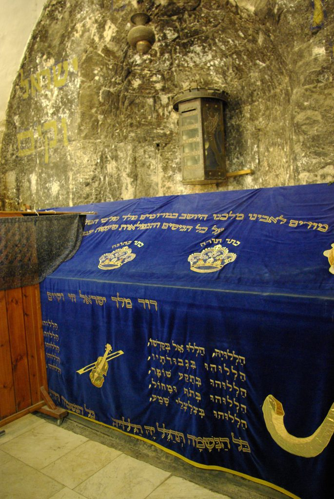 上图:在耶路撒冷的大卫墓上,绣着希伯来语的诗篇一百五十篇。