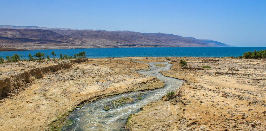 上图:约旦河流入死海的入海口,这里正是「干旱之地」(诗一百四十三6)。