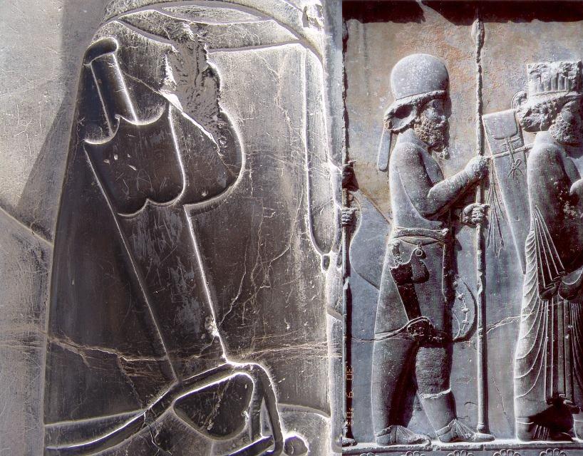 上图:波斯波利斯(Persepolis)波斯阿契美尼德帝国壁画上佩戴着两刃短剑(Acinaces)的波斯士兵。两刃短剑于主前第一千年流行于东地中海地区,被玛代人、波斯人、西古提人和希腊人使用。